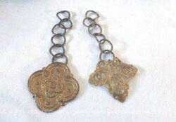 En métal doré, voici deux anciennes breloques de formes différentes avec leur chaîne.