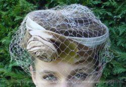Ancien chapeau bibi en satin beige et velours marron décoré d'un noeud en satin beige et d'une belle voilette.