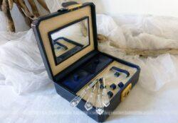 Ancien coffret pour petits outils à manucure et ses petits compartiments.