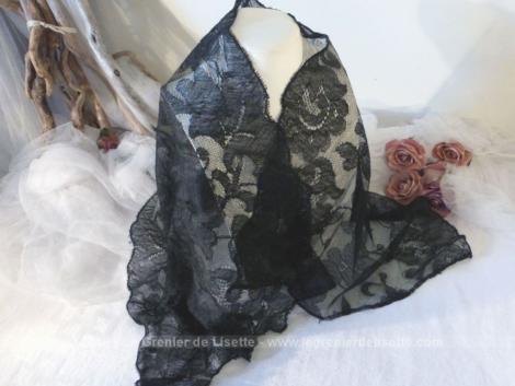 Ancienne mantille noire, de forme rectangulaire, avec de beaux dessins de dentelles.