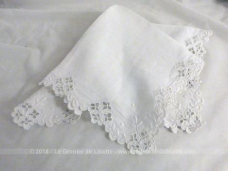 Ancien mouchoir en belle batiste blanche avec dentelle de Richelieu et belles broderies tout autour.