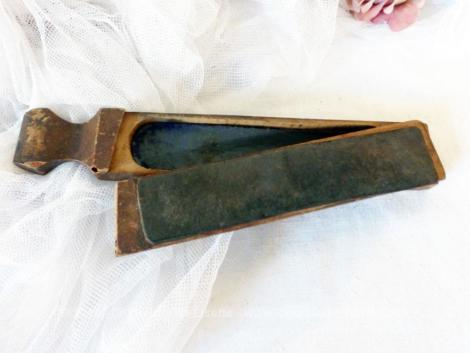 """Ancien polissoir ou affûtoir en bois pour les rasoirs à main, façon """"coupe-choux"""" avec emplacement pour lames de rechange."""