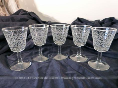 Cinq beaux verres gravés à la main de volutes .
