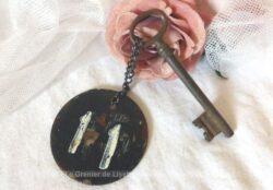 Ancienne clé et sa plaque ronde en fonte avec le numéro 11. Frais de port offerts
