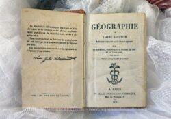 Dépot effectué à la Bibliothèque Impériale et daté de 1872, voici un ancien livre de Géographie de l'Abbé Gaultier pour le Cours Élémentaire.
