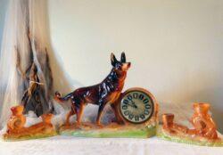 Ancienne pendulette de cheminée en céramique chien et ses 2 bougeoirs