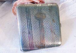Très vintage, cet ancien porte cigarettes en métal argenté avec monogrammes gravés.