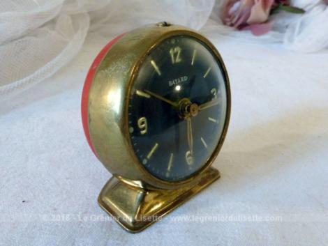 Ancien petit réveil mécanique rond de la marque Bayard , tout en laiton et laqué rouge.