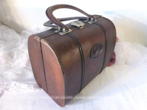 Vanity en cuir marron vintage monogramme R avec intérieur doublé avec pochettes.