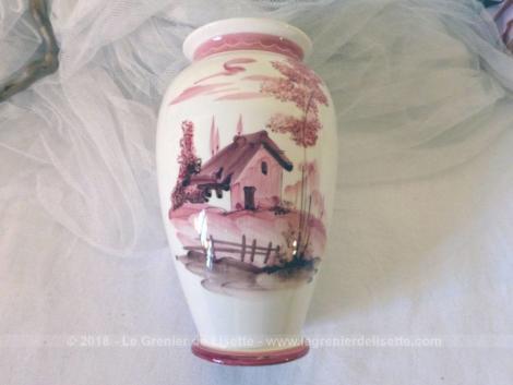 Vase numéroté avec un paysage peint à la main tout dans des tons de rose, très shabby.