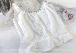 """Ancien bustier """"cache corset"""", pour taille très fine, tout en linon blanc, avec broderies anglaises et lien pour serrage des manches et encolure."""
