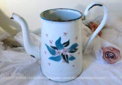 Ancien broc ou cafetière sans couvercle, entièrement émaillé ornée beaux décors de fleurs.