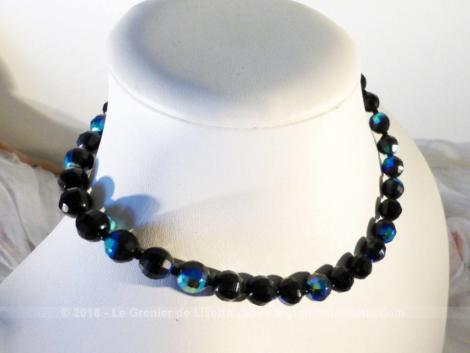 Ancien collier ras de cou en perles à facettes de couleur bleu nuit irisé datant des années 60.