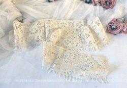 Coupon de dentelle écru fait main au ruban de 120 x 11 cm.