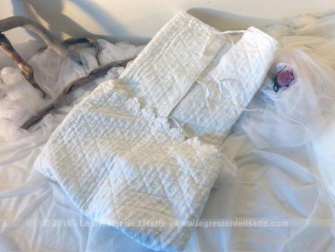 Entièrement réalisée à la main, voici une ancienne couverture d'emmaillotage pour bébé.