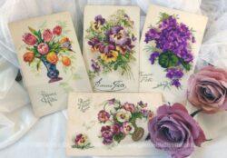 """Quatre cartes postales anciennes avec dessins de fleurs pour souhaiter une """"Bonne Fête"""" et datant des années 40."""
