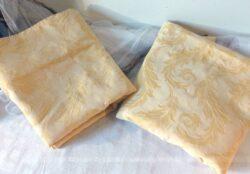 Duo de grands coupons de tissus ameublement aux tons pastels jaune de 250 x 140 cm.