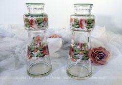 Deux petites carafes, carafons, vases ou flacons en verre décorés de fleurs peintes à la main.