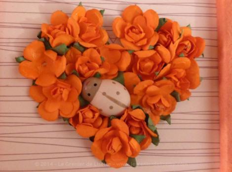 Livre d'Or avec dentelle et petite clef dans les tons orange avec petites incrustations de fleurs sous forme de cadre.