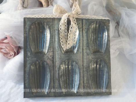 Ancien moule à madeleines en fer blanc, patiné par le temps revisité en cadre décoratif et son système d'accroche avec un nœud en dentelle.
