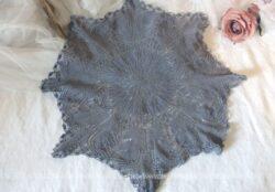 Ancien napperon en forme d'étoile à 8 ans , réalisé à la main au crochet en fil de coton et teinté en gris souris.