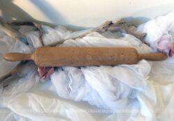 Ancien rouleau à patisserie en bois avec d'adorables traces d'usure.