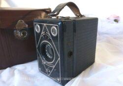 Ancien appareil photo Lumibox Lumière, forme box et sa belle housse en cuir datant des années 30.