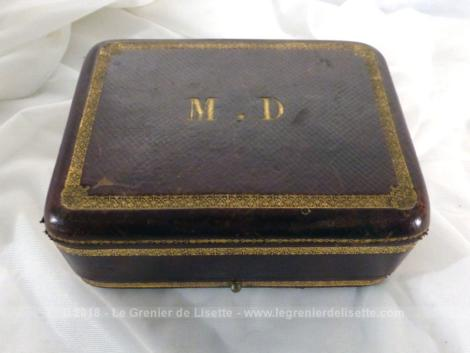 Ancienne boite à bijoux aux monogrammes MD et sa cachette.