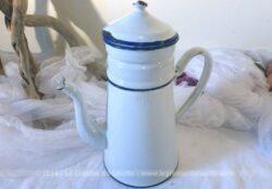 Ancienne cafetière entière, émaillée en blanc avec liseré bleu.