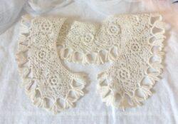 Ancien col au crochet réalisé à la main dans un fil de coton fin et représentant es dessins de fleurs.