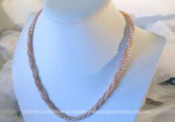 Ancien collier triple rangs en petites perles d'eau légèrement rosées et de forme ovale.