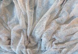 Grand coupon de dentelle réalisé d'une ancienne jupe évasée, réalisée en plusieurs pans.