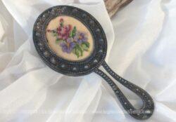 Petit miroir face à main avec au dos écusson en broderies au point de croix.