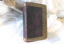 Ancien missel en cuir du Paroissien Romain avec dorures . Il date de 1895, et contient tous les offices du dimanche en latin et en français.
