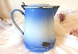 Ancien grand pichet à lait émaillé de bleu en tons dégradés.