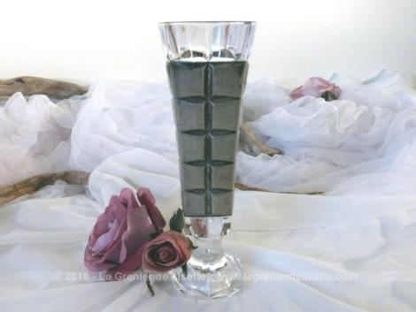 Vase en verre décoré d'une façade en étain sur tout le pourtour.