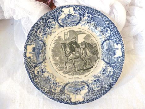 """Datant de la fin XIX° ou début XX°, voici un ancienne petite assiette parlante en opaque de Sarreguemines représentant un """"fermier partant labourer"""", Pièce n°9 d'une série."""