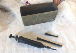 Ancienne boite médicale en fer avec seringue à lavement et 3 embouts.
