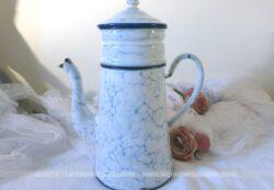 Cafetière ancienne émaillée blanc chiné bleu avec liseré bleu