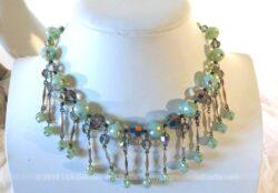 Ancien collier en perles de verres de couleur vert pastel et ses 14 pampilles.
