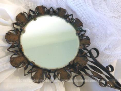 Voici un face à main miroir, entièrement fait main, réalisé en cuivre martelé.