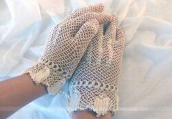 Ancien gants au crochet avec dessins de fleurs aux poignets.