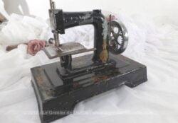 """Ancienne petite machine à coudre, de la la marque """"Baby"""", jouet scientifique pour enfant fabriquée par la manufacture Comby et Panisset dans les années 30."""