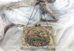 Ancien et original, voici une minaudière ancienne en tapisserie, petit sac de soirée à main.