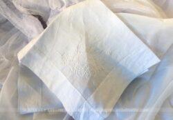 Entièrement réalisé à la main, voici un grand mouchoir ou protège oreiller en linon blanc, avec broderies de fleurs et le prénom Mathieu .