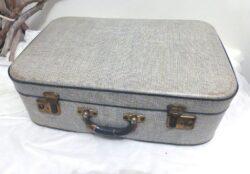 Ancienne valise en carton au motif gris chiné.