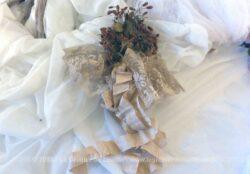 Ancien bouquet de mariée en tissus et dentelle et son long ruban.