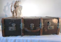 Ancienne grande valise en bois avec intérieur en tapisserie .