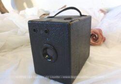 "Ancien appareil photo ""Coronet Camera"", forme box, ""made in England"" datant des années 30 et sa housse."