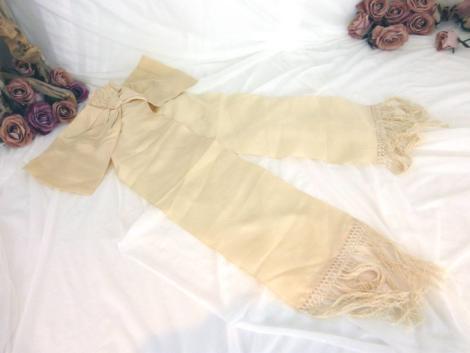 Ancien brassard de communiant avec un grand noeud en tissus moiré et franges en macramé.